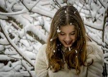 Retrato del adolescente feliz lindo en nieve Tema del invierno Imagen de archivo libre de regalías