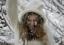 Retrato del adolescente feliz lindo en nieve Tema del invierno Imágenes de archivo libres de regalías