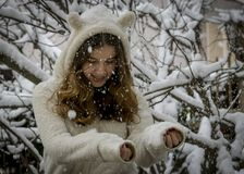 Retrato del adolescente feliz lindo en nieve Tema del invierno Foto de archivo