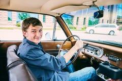 Retrato del adolescente feliz que conduce el coche Imágenes de archivo libres de regalías