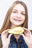 Retrato del adolescente femenino caucásico sonriente con los apoyos de los dientes Fotografía de archivo libre de regalías
