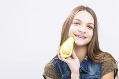 Retrato del adolescente femenino caucásico sonriente con los apoyos de los dientes Fotos de archivo libres de regalías