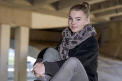 Retrato del adolescente femenino caucásico sonriente feliz que se sienta en B Imagen de archivo libre de regalías