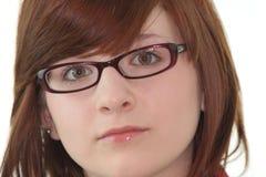 Retrato del adolescente femenino joven en vidrios Imagen de archivo