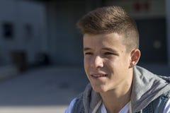 Retrato del adolescente hermoso al aire libre Fotos de archivo