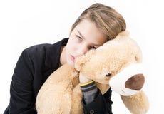 Retrato del adolescente hermoso con el oso de peluche Fotos de archivo