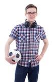 Retrato del adolescente hermoso con los auriculares y el balón de fútbol Fotos de archivo