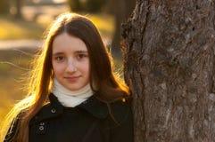 Retrato del adolescente hermoso en el parque Foto de archivo