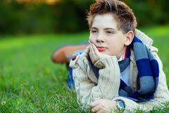 Retrato del adolescente hermoso en hierba verde Foto de archivo
