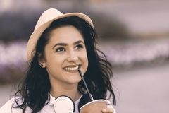 Retrato del adolescente hermoso joven con el sombrero y los auriculares Fotografía de archivo libre de regalías