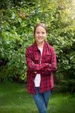 Retrato del adolescente hermoso que presenta en el jardín Imagen de archivo libre de regalías