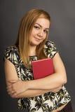 Retrato del adolescente hermoso que sostiene un libro Imágenes de archivo libres de regalías