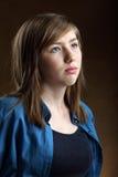 Retrato del adolescente hermoso sonriente con el pelo marrón largo Foto de archivo