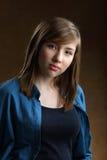 Retrato del adolescente hermoso sonriente con el pelo marrón largo Imagen de archivo