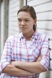 Retrato del adolescente infeliz en el ambiente urbano Foto de archivo