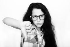 Retrato del adolescente infeliz que muestra la muestra de desemejante o de malo Fotos de archivo