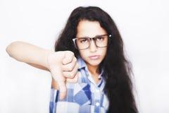 Retrato del adolescente infeliz que muestra la muestra de desemejante o de malo Fotos de archivo libres de regalías