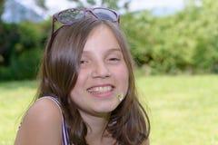 Retrato del adolescente joven bastante hermoso, al aire libre Imagen de archivo libre de regalías