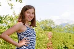Retrato del adolescente joven bastante hermoso, al aire libre Fotografía de archivo libre de regalías