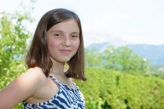 Retrato del adolescente joven bastante hermoso, al aire libre Imágenes de archivo libres de regalías