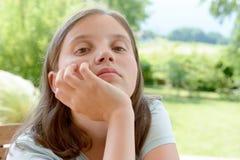 Retrato del adolescente joven bastante hermoso, al aire libre Foto de archivo libre de regalías