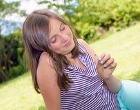 Retrato del adolescente joven bastante hermoso, al aire libre Foto de archivo