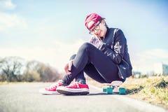 Retrato del adolescente joven en tablero del penique Fotos de archivo