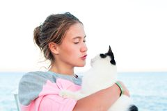 Retrato del adolescente joven que besa el gato Fotografía de archivo libre de regalías