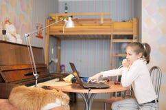 Retrato del adolescente joven que trabaja con el ordenador portátil Foto de archivo