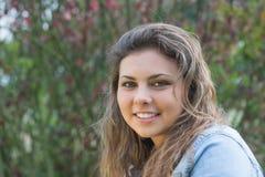Retrato del adolescente largo sonriente del pelo Foto de archivo