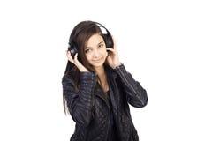 Retrato del adolescente lindo con música que escucha de los auriculares Imágenes de archivo libres de regalías