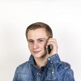 Retrato del adolescente lindo en el móvil Foto de archivo libre de regalías