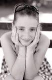 Retrato del adolescente lindo que se sienta en el banco Fotos de archivo libres de regalías