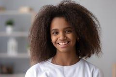 Retrato del adolescente negro sonriente que presenta en casa fotografía de archivo