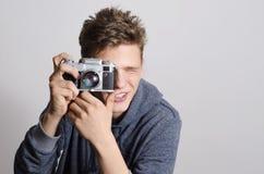 Retrato del adolescente, niño con la cámara vieja Imagenes de archivo