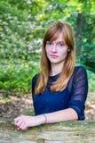 Retrato del adolescente pelirrojo en bosque Imagen de archivo libre de regalías