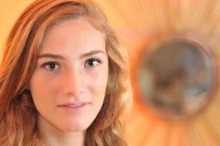 Retrato del adolescente por el espejo Foto de archivo libre de regalías