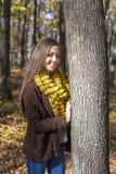 Retrato del adolescente precioso feliz en la presentación del bosque Foto de archivo libre de regalías