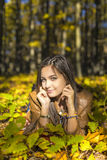 Retrato del adolescente precioso feliz que lleva a cabo la mentira el otoño f Fotos de archivo