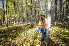 Retrato del adolescente precioso feliz que sostiene el pasto caido otoño Foto de archivo libre de regalías