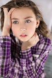 Retrato de la chica joven preocupante Foto de archivo