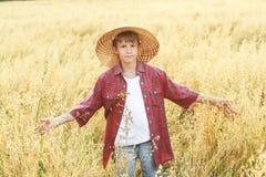 Retrato del adolescente que camina en sombrero de paja natural de ala ancha amarillo Imagen de archivo