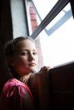 Retrato del adolescente que coloca la ventana cercana Imagenes de archivo