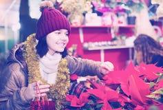 Retrato del adolescente que compra la composición floral Fotos de archivo
