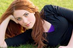 Retrato del adolescente que descansa en la hierba Foto de archivo libre de regalías