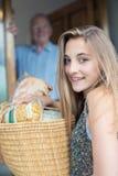 Retrato del adolescente que hace las compras para el hombre mayor Foto de archivo libre de regalías