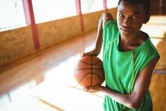 Retrato del adolescente que lleva a cabo baloncesto Fotografía de archivo