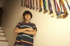 Retrato del adolescente que se coloca con los brazos cruzados Fotos de archivo libres de regalías
