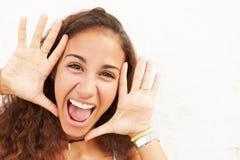 Retrato del adolescente que se inclina contra la pared que hace la cara Imagen de archivo