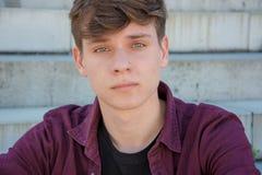 Retrato del adolescente que se sienta en las escaleras Foto de archivo libre de regalías
